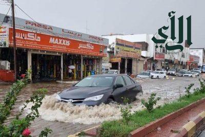 سوء تصريف مياه الأمطار تغرق شوارع أبها وخميس مشيط