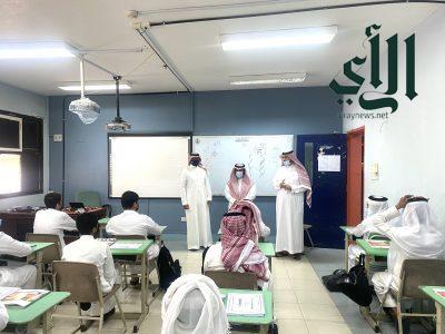 مدير مكتب التعليم بخميس مشيط يتفقد سير الدراسة بثانوية الصديق