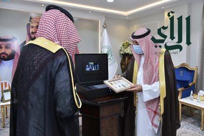 """أمير نجران يتسلّم الهوية الجديدة للبريد السعودي """"سبل"""""""