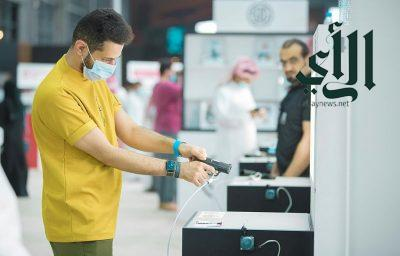 عرض أصغر مسدس في معرض الصقور والصيد السعودي الدولي