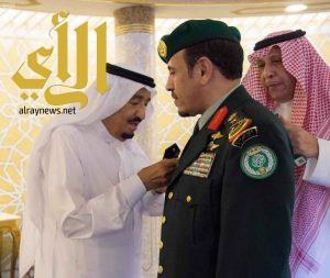 الملك سلمان يقلد رئيس الحرس الملكي رتبته الجديدة