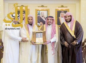 أمير القصيم يشيد بمبادرة الدبيخي لتكريم أبناء شهداء الواجب