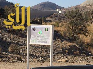 حماية بيئة الباحة تُعد لوحات توعوية في خمسة سدود بالمنطقة