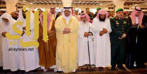 نائب أمير الرياض يؤدي صلاة الميت وينقل تعازي القيادة لأسرة الشهيد حمّاد المطيري