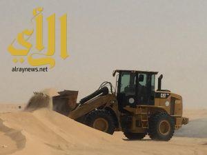 بلدية محافظة بقيق تكثف جهودها لإزالة الرمال