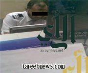 """موظف الخطوط السعودية بـ """"أبها"""" يقفل شباك التذاكر ليخدم احد المتصلين على جواله…"""