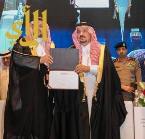 أمير الرياض يكرم د. الدوسري خلال افتتاح ملتقى المرصد الحضري