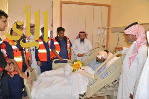 مدير الهلال الاحمر بالباحة يقوم بزيارة لموظف غرفة عمليات المنطقة