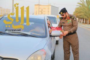 الجهات الأمنية بوادي الدواسر تعايد المسافرين بالورود والحلوى