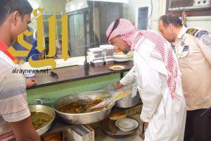 بلدية القطيف تضبط مطعما مخالف تستخدمه عمالة وتتلف 520 كلجم من المواد الفاسدة