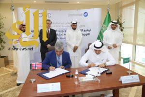 توقيع اتفاقية لتوفير ١٥٠ ألف م٣ من المياه المحلاة يومياً عبر بارجات متنقلة في البحر الأحمر