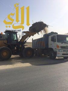 بلدية رأس تنورة تقوم بتأهيل الطرق وتزيل 3000 م3 من المخلفات والأنقاض