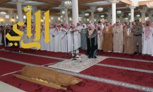 أمير عسير و نائبه يؤديان صلاة الميت على النقيب العسيري