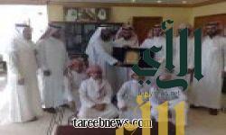 متوسطة حسان بن ثابت تقدم درعاً تذكارياّ لرئيس بلدية طريب