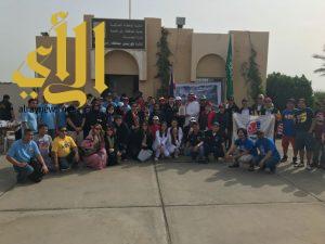 150 متطوعا من الجالية الفلبينية يشاركون بلدية رأس تنورة في تنظيف الشاطئ