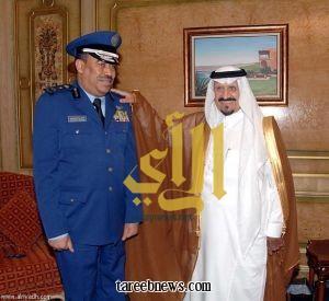 نائب خادم الحرمين يقلد قائد القوات الجوية رتبته الجديدة