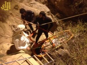 مدني سراة عبيدة ينتشل جثمان شاب سقط ببئر زراعية