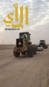 بلدية حفر الباطن ترصد مجموعة عمالة تنهل الرمال بطريقة مخالفة