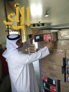 بلدية رأس تنورة : تصادر وتتلف مواد غذائية في مستودع بسبب حريق