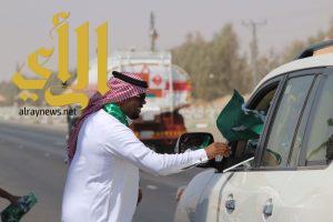 أعلام وكابات وشالات وطنية للمسافرين والعابرين بوادي الدواسر