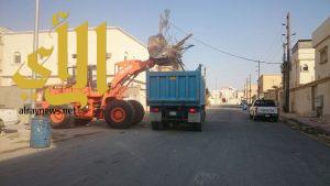 بلدية محافظة النعيرية ترفع مخلفات البناء في الأحياء الداخلية