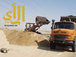 بلدية غرب الدمام تضبط مجموعة من مخالفي نهل الرمال بضاحية الملك فهد بالدمام