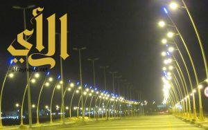 بلدية الخفجي تركب 44 عمود انارة بطريق الملك عبد الله