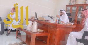 رئيس بلدية الحرجة يعايد منسوبي مكتب خدمات البلدية بمركز الفيض