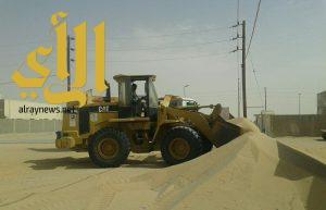بلدية الخفجي تبدأ برفع الرمال بأبرق الكبريت والسفانية