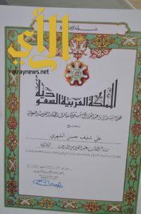محافظ المجاردة يستقبل متبرع الكلى لوالده ويقلده وسام الملك عبدالعزيز