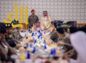 أمير القصيم يزور شرطة المنطقة ويشارك رجال الأمن وجبة الأفطار