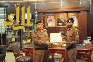 مدير شرطة منطقة الجوف يكرم أحد الافراد على جهوده وتميزه بعمله