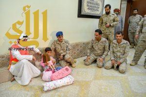 شاهد .. التحالف يسلم طفلة يمنية لذويها بعد استخدامها كدرع بشري من قبل ميليشيا الحوثي