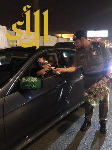 مرور جدة يستقبل قائدات المركبات بباقات الورود