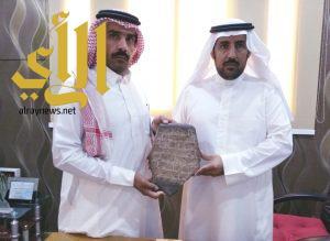 مواطن يبادر بتسليم ٦ قطع أثرية لمكتب السياحة والتراث الوطني ببيشة