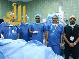 فريق طبي يستخرج شظية إستقرت في رقبة رجل أمن بجازان
