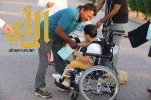 عدد من ذوي الاحتياجات الخاصة يبادرون بتوزيع إفطار صائم في الرياض