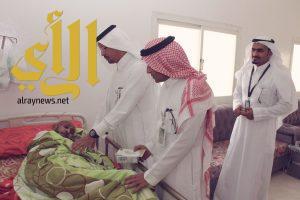 مدير القطاع الصحي بمحافظة محايل يعايد مرضى الطب المنزلي