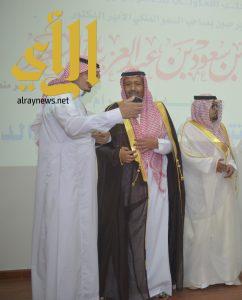 أمير الباحة يكرم مؤسسة صميدان الغامدي