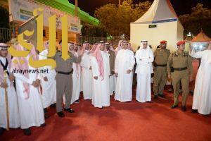 منصور بن مقرن يزور مهرجان الأسرة والطفل بقرية المفتاحة