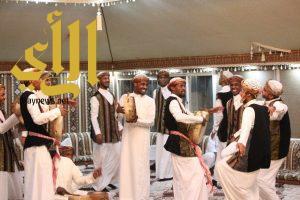 فرق شعبية من أنحاء المملكة تشعل صيف المندق على المسرح المفتوح