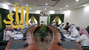 محافظ القرى يترأس اجتماع لجنة تحديد النطاق الإشرافي والإداري للمحافظة