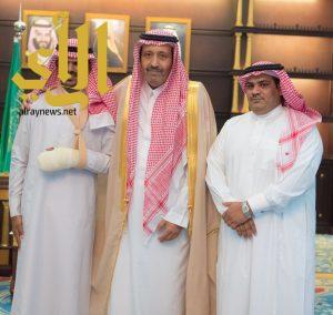 أمير منطقة الباحة يستقبل الجندي الزهراني المصاب في الحد الجنوبي