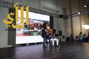 الشباب يلتفون حول ألعاب الخفة في مهرجان السيارات بالخبر