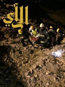 مدني المخواة وغامد الزناد ينجح في انتشال جثة لمقيم عربي من منحدر خطير بعقبة نصبة