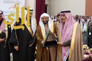 أمير الباحة يمنح الأمير مشاري بن سعود جائزة الباحة للإبداع والتفوق
