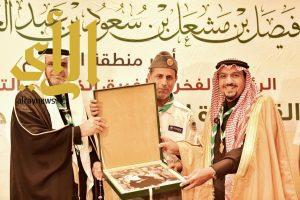تقليد أمير القصيم القلادة الذهبية لجمعية الكشفية العربية السعودية