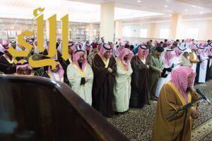 أمير الباحة يتقدم المصلين في صلاة الاستسقاء