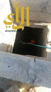 مدني خميس مشيط يتمكن من ثعبان في منزل مواطن