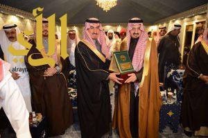 """أمير عسير يكرم بن مشيط نظير نجاح """"قصر الطين"""" في الجنادرية"""